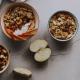Cuencos de frutas y cereales sobre una superficie gris